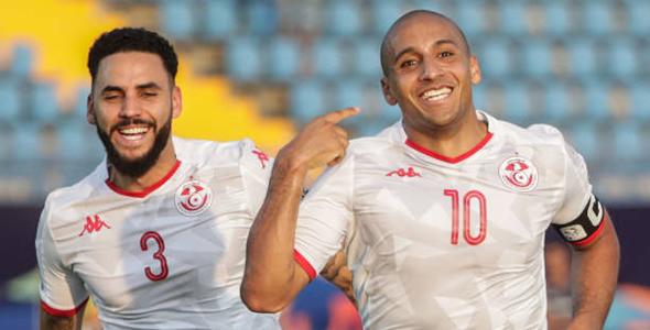 突尼西亞攻擊手華比凯西利(右)上场成为救世主。