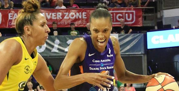 凤凰城水银前锋狄瓦娜·波纳(右)的本赛季場均拿下20.2分領跑聯盟。